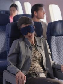 Trucos para dormir en un avión: vuelos anti insomnio
