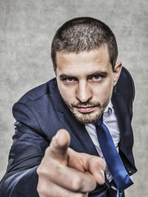 Soñar con machismo: protege tu independencia