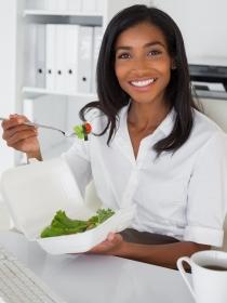 5 cosas que debes evitar si comes en el trabajo