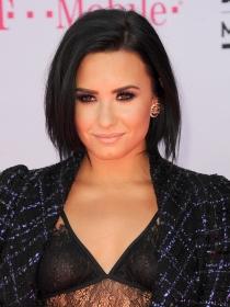 Cómo presumir de pecas con el maquillaje de Demi Lovato