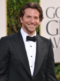 Bradley Cooper, buen actor y mejor hijo, vive con su madre. ¿Por qué?