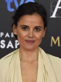 Elena Anaya confirma los rumores sobre su homosexualidad besando a su novia en la playa