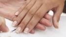 Libera tus uñas del esmalte, apuesta por una manicura natural