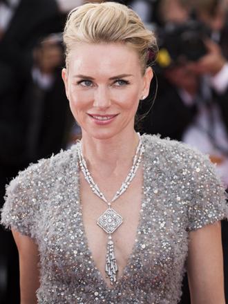 Atrévete con vestidos con plumas como Naomi Watts