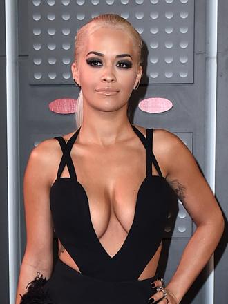 VMAs 2015: Rita Ora, el vestido más hot con escote en V
