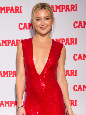 El jumpsuit rojo de Kate Hudson que deslumbra a Campari