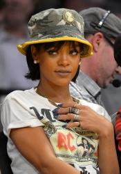 Rihanna y su look de pescadora en la NBA