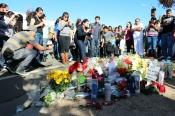 Los fans de Paul Walker, rindiéndole homenaje en el lugar del accidente