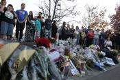 Los fans de Paul Walker depositaron varios ramos de flores en el lugar del accidente
