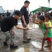Un Justin Bieber muy solidario visita Filipinas