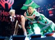 Miley Cyrus también le baila al árbol de Navidad
