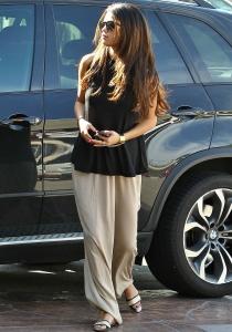 Selena Gomez, con un look de madre