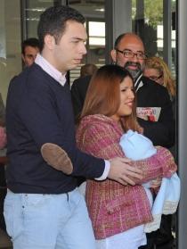 Chabelita y Alberto Isla salen del hospital con su hijo en brazos