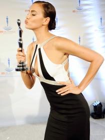 Irina Shayk luce vestidazo y morritos en la Gala Spa Awards