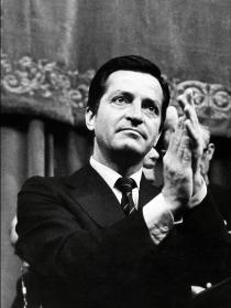 Adolfo Suárez aplaudiendo durante un acto oficial