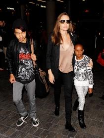 Angelina Jolie, acompañada de los pequeños Maddox y Zahara
