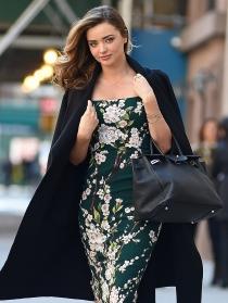 Miranda Kerr, elegante hasta para salir de paseo