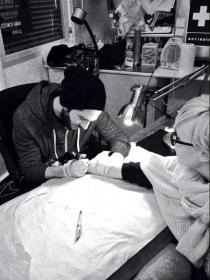 Kristian GH14, en pleno proceso de tatuaje