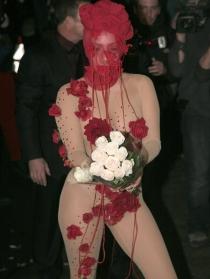 El excéntrico y atrevido look de Lady Gaga: ¡vestida de rosa!