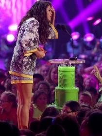 Selena Gomez recoge su premio en los Kids Choice Awards 2014