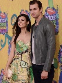 Victoria Justice y Pierson Fode en los Kids Choice Awards 2014