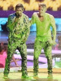 Austin Mahone y Cody Simpson en los Kids Choice Awards 2014