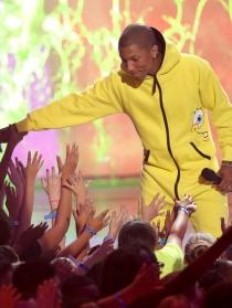 Pharrell Williams, con Bob Esponja actuando en los Kids Choice Awards 2014