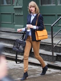Taylor Swift sale conjuntada hasta para comprar café