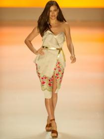 Irina Shayk, deslumbrante desfilando en Sao Paulo