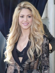 Shakira, muy sensual enseñando sujetador