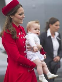 Kate Middleton, de rojo pasión para el primer viaje de su hijo Jorge