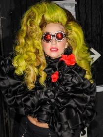 Lady Gaga, de noche con gafas de ciencia ficción y peluca amarilla