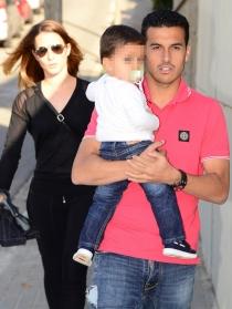 Pedro y Carol Martín, su pareja, con su hijo