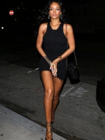 Rihanna, luciendo piernas y moreno con su vestidazo negro