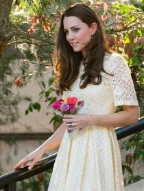 Kate Middleton, radiante con un ramo de flores en la mano