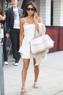 Eva Longoria, tan pálida como su vestido blanco