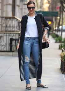 Miranda Kerr, elegante con sus vaqueros rotos