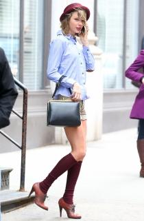 Taylor Swift, sexy hasta con calcetines altos