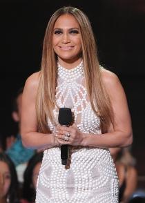 Jennifer Lopez, de blanco en los iHeart Radio Music Awards 2014