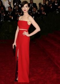 Anne Hathaway, guapísima con un discreto vestido rojo en los MET 2014