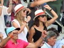 Xisca Perelló y María Isabel, la novia y la hermana de Rafa Nadal, en Roland Garros