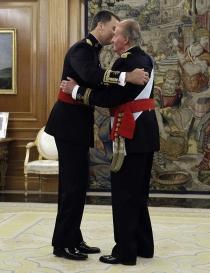 Don Juan Carlos impone el fajín de capitán general a Felipe VI