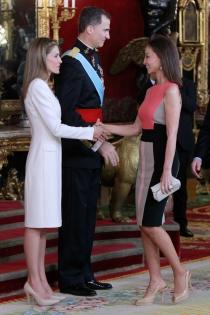 Letizia y Felipe, junto a Isabel Preysler durante el besamanos