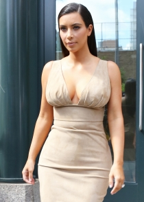 Kim Kardashian sólo aguantó con su look de rubia un día