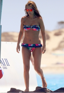 Paula Echevarría conjunta bikini con gafas de sol