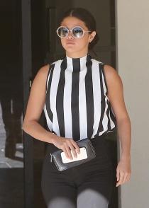 El descuido de Selena Gomez: esos pantalones marcan demasiado