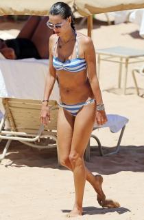 Alessandra Ambrosio presume de tipazo en la playa