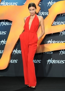 El sensual look de Irina Shayk en la presentación de 'Hércules' en Berlín