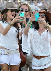 Alessandra Ambrosio lleva su iPhone a la última moda