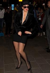 Lady Gaga tiene estilo hasta para pasear al perro